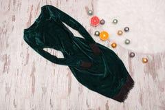 Concept de mode Sac femelle noir, chandail chaud sur un dos en bois Photos libres de droits