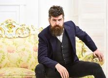 Concept de mode de vie d'élite Attrayant et élégant machos sur le visage sérieux et l'expression réfléchie Homme avec la barbe et Image libre de droits