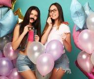 Concept de mode de vie, d'amis et de personnes : meilleur ami de filles de hippie Photo libre de droits