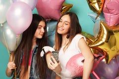 Concept de mode de vie, d'amis et de personnes : meilleur ami de filles de hippie Images stock