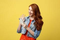 Concept de mode de vie : Jeune femme gaie posant tout en se photographiant sur l'appareil-photo futé de téléphone pour une causer Images stock