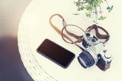 Concept de mode de vie, de voyage et de technologie Appareil-photo de vintage avec le MOIS Photos libres de droits