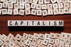 Concept de mot de capitalisme sur des cubes photographie stock