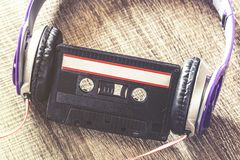 Concept de musique avec la cassette sonore et les écouteurs images stock