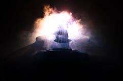 Concept de musique Guitare acoustique d'isolement sur un fond foncé sous le faisceau de lumière avec de la fumée avec l'espace de Photo libre de droits
