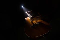 Concept de musique Guitare acoustique d'isolement sur un fond foncé sous le faisceau de lumière avec de la fumée avec l'espace de Images libres de droits