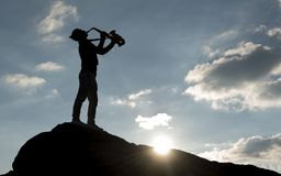concept de musique ; un beau lever de soleil et un saxophoniste énergique photos libres de droits
