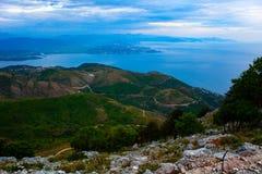 Concept de nature avec la vue scénique de la colline avec le ciel bleu Vue aérienne de belle montagne verte avec la route là-dess photo libre de droits