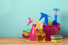 Concept de nettoyage avec des approvisionnements au-dessus de rétro fond en bon état photo libre de droits