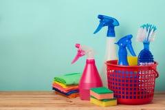 Concept de nettoyage de bureau avec des approvisionnements au-dessus de rétro fond en bon état photo libre de droits
