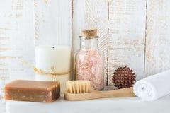 Concept de nettoyage de relaxation de station thermale de soin de corps Boule en bois de massage de houille de brosse de goudron  photographie stock libre de droits