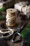 Concept de Noël avec la ficelle de jute, les ciseaux de vintage et les cônes de pin Images libres de droits