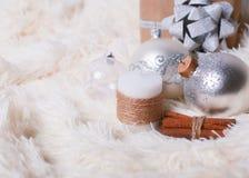 Concept de Noël - boules de Noël, bougie décorative, cadeau dessus Photographie stock libre de droits