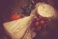 Concept de Noël Brie de fromage et mandarines gastronomes de camembert Photographie stock libre de droits