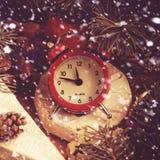 Concept de Noël Camembert délicieux avec des brindilles de pin impeccable Image stock