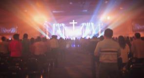 Concept de Noël : Christian Congregation Worship God brouillé ensemble dans le hall d'église devant l'étape de musique et effet d photographie stock libre de droits