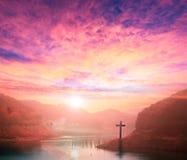 Concept de Noël : croix du Christ Jésus par la rivière Photo libre de droits