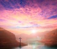 Concept de Noël : croix du Christ Jésus par la rivière Photos libres de droits