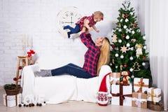 Concept de Noël - enfantez et sa petite fille avec Christma Images libres de droits