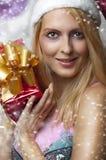 Concept de Noël. femme heureux avec le cadeau Photographie stock libre de droits