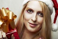 Concept de Noël. femme heureux avec le cadre de cadeau Photos libres de droits