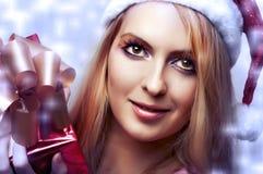 Concept de Noël. femme heureux avec le cadre de cadeau Photographie stock