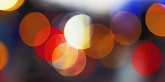 Concept de Noël : Fond de fête avec les taches lumineuses et bokeh devant une table en bois vide photographie stock libre de droits