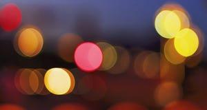 Concept de Noël : Fond de fête avec les taches lumineuses et bokeh devant une table en bois vide images libres de droits