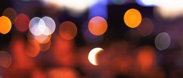 Concept de Noël : Fond de fête avec les taches lumineuses et bokeh devant une table en bois vide photo stock