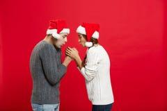 Concept de Noël - jeune couple élégant tenant la main Photo libre de droits