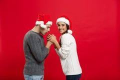 Concept de Noël - jeune couple élégant tenant la main Photographie stock