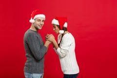 Concept de Noël - jeune couple élégant tenant la main Image stock
