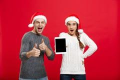 Concept de Noël - jeune couple heureux dans des chandails célébrant Noël avec jouer et danser Photos stock
