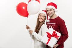Concept de Noël - la jeune amie tenant le ballon étreint Photos libres de droits