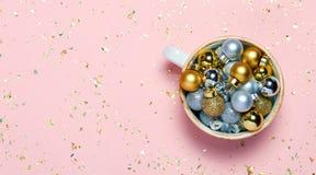 Concept de Noël de Minimalistic Décorations de Noël dans la tasse sur le fond rose Vue supérieure, configuration plate photos libres de droits