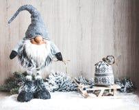 Concept de Noël ou de nouvelle année Gnome de Noël avec des cadeaux sur le traîneau Photos stock