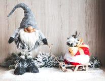 Concept de Noël ou de nouvelle année Gnome de Noël avec des cadeaux sur le traîneau Images libres de droits
