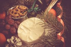 Concept de Noël Raisins gastronomes Co de mandarines de fromage de camembert Image stock