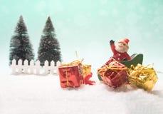 Concept de Noël, traîneau de Santa de jouet, boîte-cadeau Photographie stock libre de droits