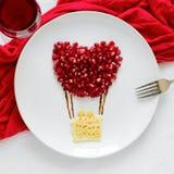Concept de nourriture d'art Ballon à air avec des couples Crêpes de dentelle avec des graines de grenade images libres de droits