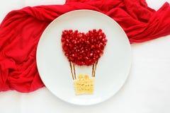 Concept de nourriture d'art Ballon à air avec des couples Crêpes de dentelle avec des graines de grenade image stock