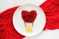 Concept de nourriture d'art Ballon à air avec des couples Crêpes de dentelle avec des graines de grenade photos stock