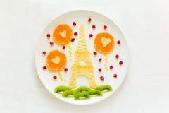 Concept de nourriture d'art Tour Eiffel avec la silhouette d'un couple dans l'amour et les boules en forme de coeur Photos libres de droits