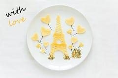 Concept de nourriture d'art Tour Eiffel avec la silhouette d'un couple dans l'amour et les boules en forme de coeur Photos stock