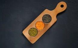 Concept de nourriture végétarienne Céréales et légumineuses avec l'inscription de l'amour sur un fond concret bleu Photo libre de droits