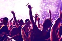 Concept de nouvelle année avec la foule et les feux d'artifice Photo libre de droits