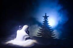 Concept de nouvelle année d'amour Les chiffres en céramique de fille et de garçon s'étreint, se tenant sur la neige blanche et le Images stock