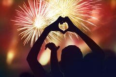 Concept de nouvelle année de foule et de feux d'artifice Silhouette de sha de coeur Photo stock