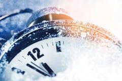Concept de nouvelle année, réveil dans la neige Photographie stock