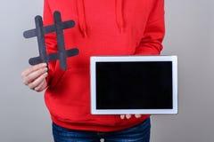 Concept de nouvelles de l'information Photo haute étroite du comprimé numérique portatif blanc avec le fond gris d'isolement par  photographie stock libre de droits